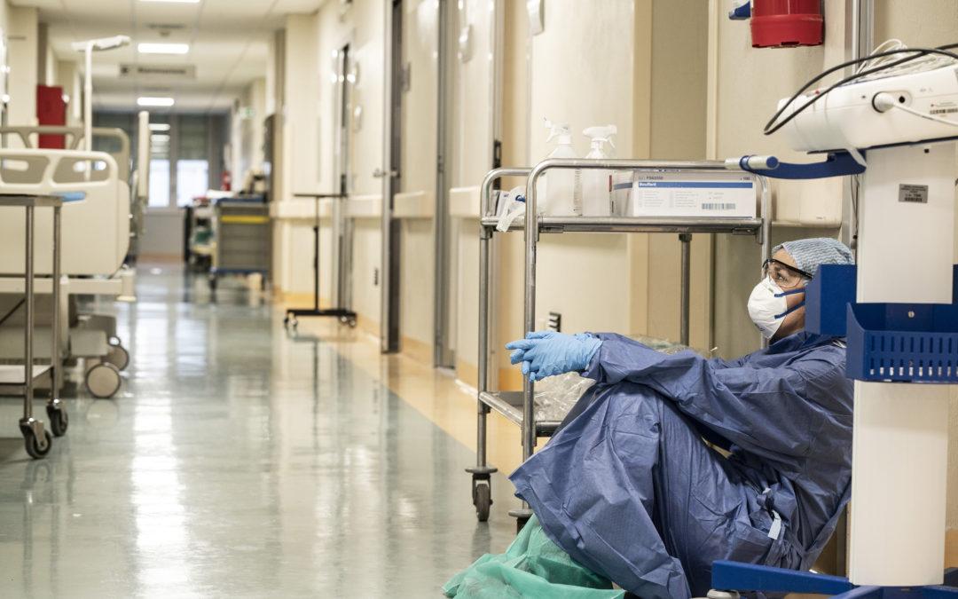 El CGCOM alerta de la situación límite del sistema sanitario y del agotamiento de sus profesionales