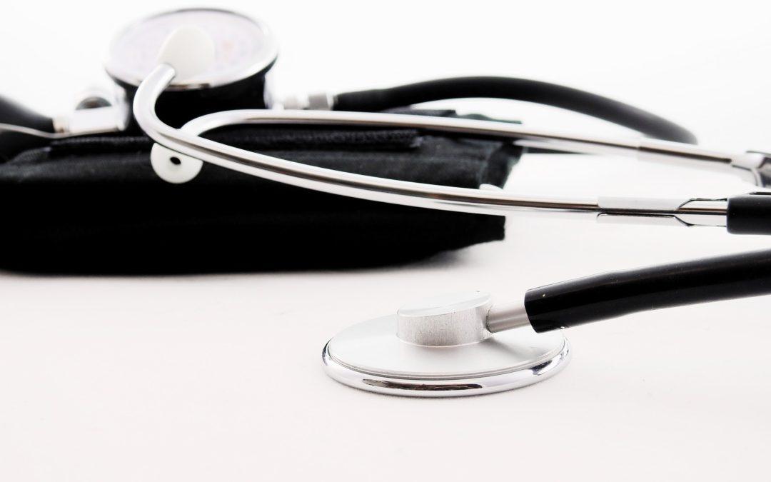 Los Colegios de Médicos disponen de más de 2.000 jubilados voluntarios frente a la COVID-19